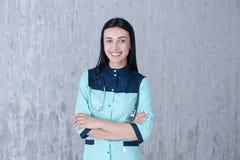 En stående av en förtjusande kvinnlig doktor Arkivfoto