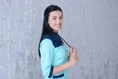 En stående av en förtjusande kvinnlig doktor Arkivbilder
