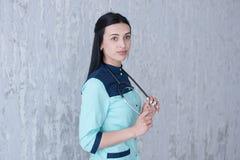 En stående av en förtjusande kvinnlig doktor royaltyfri bild
