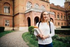 En stående av en högskolestudent At Campus arkivfoton