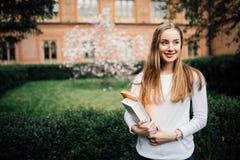 En stående av en högskolestudent At Campus arkivbild