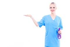 En stående av en kvinnlig doktor som pekar, närbild som isoleras på vit bakgrund isolerad vit kvinna för bakgrund doktor Fotografering för Bildbyråer