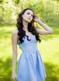 En stående av en utomhus- härlig ung Caucasian kvinna Slappa soliga färger Royaltyfria Bilder