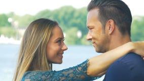En stående av förälskat krama för par och att le framme av kameran stock video