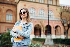 En stående av en flickahögskolestudent på universitetsområde royaltyfri foto