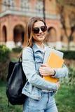 En stående av en flickahögskolestudent på universitetsområde royaltyfri fotografi