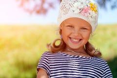 En stående av en gullig liten flicka arkivfoto