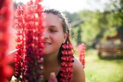 En stående av härliga och söta kvinnor som luktar härliga blommor i trädgården royaltyfria bilder
