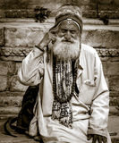 En stående som skjutas av gamala mannen royaltyfria bilder