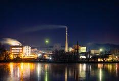 En stålfabrik med stor byggnad för rök mycket royaltyfri bild