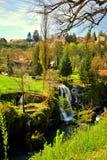 En stad med vattenfall Fotografering för Bildbyråer
