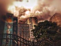 En stad och dess byggnader med v?ggm?lningar royaltyfri bild