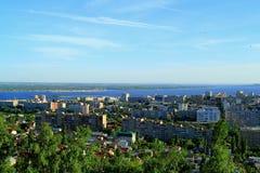 En stad på banken av Volgaet River Royaltyfri Fotografi