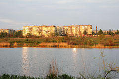 En stad på floden möter en sol Arkivfoton