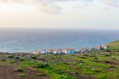 En stad på kusten av madeiran på gryning portugal Arkivfoton
