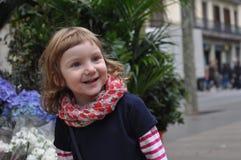 En stads- stående av le behandla som ett barn flickan Royaltyfri Fotografi