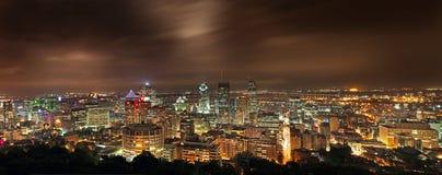 En stadssikt av Montreal från Mt-kunglig person på natten Royaltyfri Bild