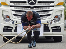 En stark man drar en stor lastbil Fotografering för Bildbyråer