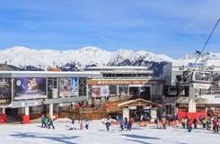 En station för kabelbil på Courch Ski Resort Courchevel 1850 Royaltyfri Foto