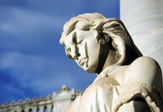En staty av en ängel i en gammal kyrkogård arkivbild