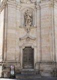 En staty av ärkeängeln Michael i den högra nischen av framdelen av kyrkan av skärseld i Matera, Italien Royaltyfri Fotografi