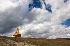 En staty av Buddha runt om Yarchenen Gar Yaqen Orgyan Temple Royaltyfri Fotografi