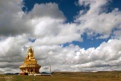 En staty av Buddha runt om Yarchenen Gar Yaqen Orgyan Temple Arkivfoto