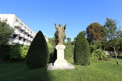 En staty av den sakrala hjärtan av Jesus i trädgården arkivfoto
