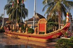 En staty av en munk i en kanot i trädgårdarna av Preah Promreath Royaltyfri Bild