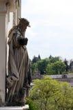 En staty av gamala mannen med ett får på en byggnad i Baden-Baden Arkivbilder