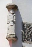 En staty av heliga Anthony dekorerar fasaden av ett hus (Frankrike) royaltyfri fotografi