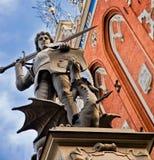 En staty av roland som besegrar en drake på huset av pormaskar Royaltyfri Bild