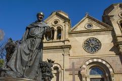 En staty av skyddshelgonet som Stet Francis av den Assisi domkyrkan i Santa Fe, NM namngavs för royaltyfria foton