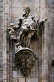 en staty framtill av duomoen Royaltyfri Fotografi