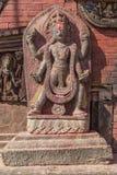 En staty i Changu Narayan - den äldsta templet av Katmanduet Arkivbilder