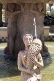 En staty i en springbrunn Arkivfoton
