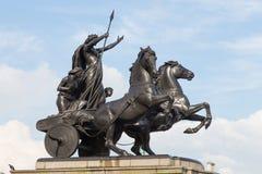 En staty med triumfvagnen och hästar Arkivfoto