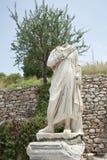 En staty på den Kuretes gatan i Ephesus, Turkiet Fotografering för Bildbyråer
