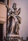 En staty på en sockel Royaltyfri Bild