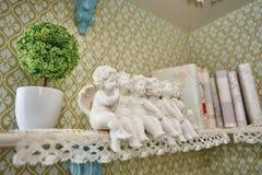 En statyett av små gulliga änglar royaltyfria bilder