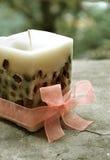 En stearinljus med rosbandet Royaltyfri Foto