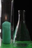 En stearinljus och en flaska Royaltyfria Foton