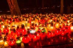 En stearinljus på en kyrkogård Royaltyfri Bild