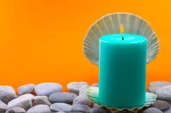 En stearinljus på stenar Royaltyfri Foto