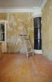 En stege i rummet under reparationen Arkivfoton