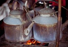 En stelljärnkokkärl med brand på det traditionella angkringan säljarefotoet som tas i yogyakarta indonesia arkivfoto