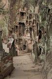 En sten kliver vägen i tusen Buddhaklippa Arkivbild