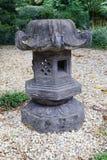 En sten som är latern i en trädgård Royaltyfri Bild