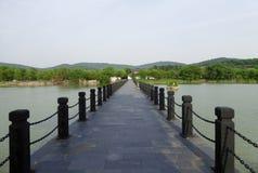 En stenbro över en sjö Royaltyfria Bilder
