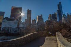En stenbro i södra Central Park i Manhattan Royaltyfria Bilder